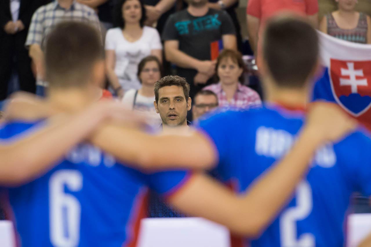 d60b6a585e5ba Bez viacerých opôr a s viacerými nováčikmi vstúpi slovenská mužská  volejbalová reprezentácia pod vedením trénera Andreja Kravárika do sezóny  2018.